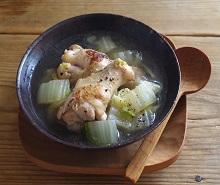 液体塩こうじで白菜と手羽元のスープ